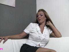 Накрашенная красивая немка с дилдо занялась домашней мастурбацией