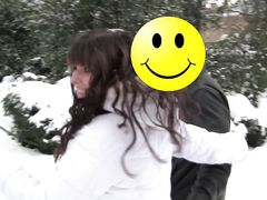 В заснеженном зимнем парке пикапер смог уговорить шлюшку взять член в рот