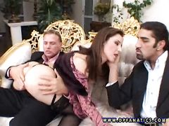 Неугомонная жена шпилится с мужем и его другом с двойным проникновением