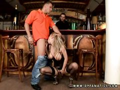 Бармен и его друг отменно трахнули в баре блондинку в черных чулках
