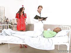 Доктор трахает медсестру одновременно с чернокожим пациентом