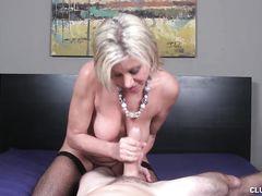 Обманчивая зрелая блондинка дрочит член любовника в спальне