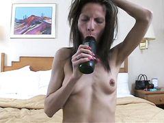 Худая жена и муж занимаются страстным анальным сексом в спальне
