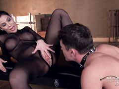 Молодой раб лижет киску госпожи в капроновом наряде