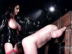 Податливый раб подставил анал под страпон госпожи