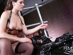 Связанный раб терпит жесткую дрочку от своей сексуальной госпожи