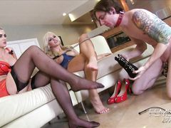 Кудрявый молчаливый раб лижет ноги своей госпожи и ее подружки