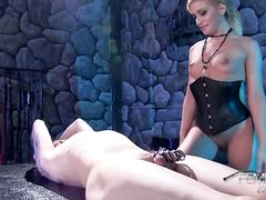 Мистресс в корсете сидит пиздой на лице раба с фиксатором на члене