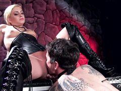 Сладкая госпожа в корсете сидит пиздой на лице своего раба