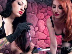 Покорный раб соглашается на эксперимент с уретрой во время фемдом сессии