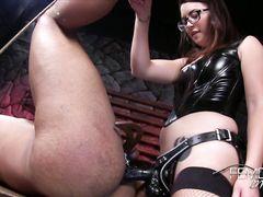 Очкастая молодая госпожа выебала страпоном в жопу связанного раба