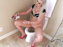 Писающая в туалете мистресс заставляет раба попробовать ее мочу