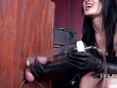 Узкоглазая сексуальная госпожа дрочит член раба вакуумной помпой