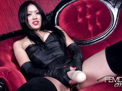 Азиатка домина со страпоном рассказывает рабу как будет его дрючить