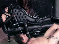 Азиатка госпожа заставляет голого раба лизать ее высокие сапоги