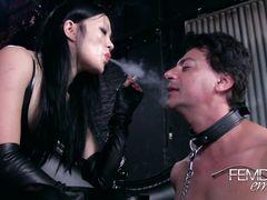 Узкоглазая курящая госпожа издевается над рабом по полной