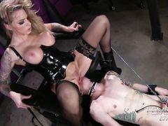 Татуированная послушный раб лижет пизду сисястой госпожи в чулках