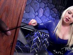 Жестокая госпожа с плеткой бьет раба по возбужденному члену