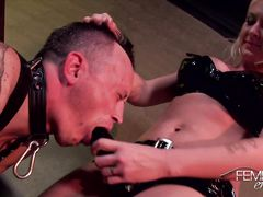 Белокурая мистресс трахает страпоном в жопу крепкого раба
