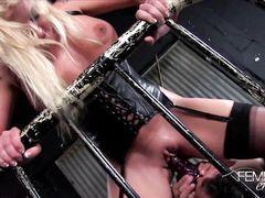 Скованный раб со страпоном на лице трахает большегрудую госпожу
