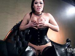 Доминирующая азиатка в корсете и чулках показывает свою власть