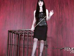 Извращенная госпожа демонстрирует рабу инструменты для пыток