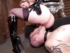 По приказу госпожи раб лижет ей анус вместе с половыми губами