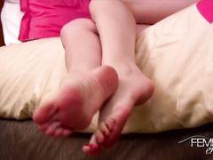 Кокетливая госпожа фут фетишистка демонстрирует красивые ножки