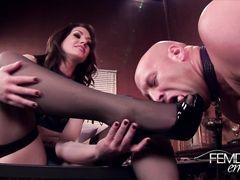Услужливый раб с покорностью в глазах лижет пятки любимой госпоже