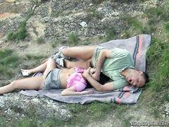 Парочка отдыхает на природе и занимается сексом
