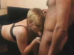 Милфа приводит домой подружек и любовников для секса