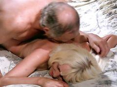 Пожилой француз на тропическом курорте занимается сексом с двумя молодыми любовницами
