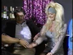 Ненасытная блондинка трахается со всеми подряд в ретро фильме