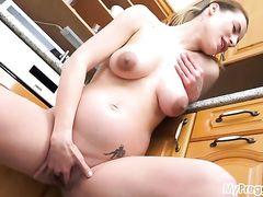 Симпатичная беременная девушка занялась мастурбацией на кухне