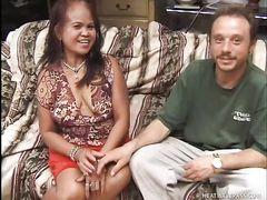 Два белых парня занялись сексом с филиппинкой в положении