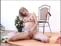 Восторженная русская девушка в положении мастурбирует на полу
