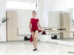 Русская балерина показывает тренировку голышом