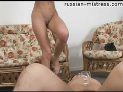 Грязная русская госпожа Люся пописала и заставила раба пить мочу