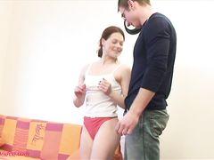 Очкарик легко соблазнил и трахнул русскую гимнастку Ленку