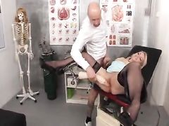 Гинеколог трахнул пациентку в кабинете после жесткого фистинга