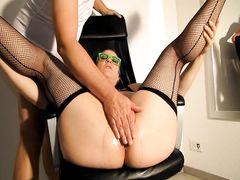Жирная зрелая женщина ловит кайф от вагинального фистинга