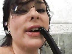 Больной извращенец обоссал и оттрахал в задницу девушку в ванной