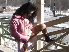 Грудастая извращенка без проблем писает на улице зимой