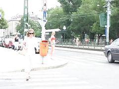 Сногсшибательные телочки снимают трусики и писают на улице при людях