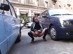 Голые девушки на улице писают в общественных местах на публике
