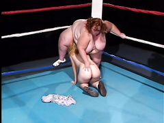 Миниатюрный рефери занялся сексом на ринге с двумя жирными тетками