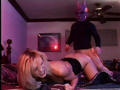 Светловолосая жена изменяет мужу с хитрым карликом в маске