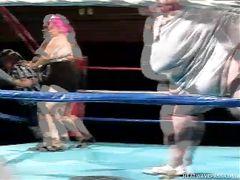 Лилипут рефери занялся грязным сексом с жирными бабами на ринге