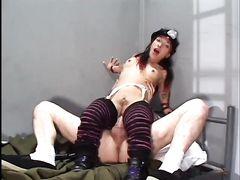 Лилипутка охранник занялась секс с заключенным в камере