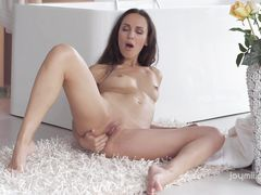 Стройная красавица показала замечательную мастурбацию